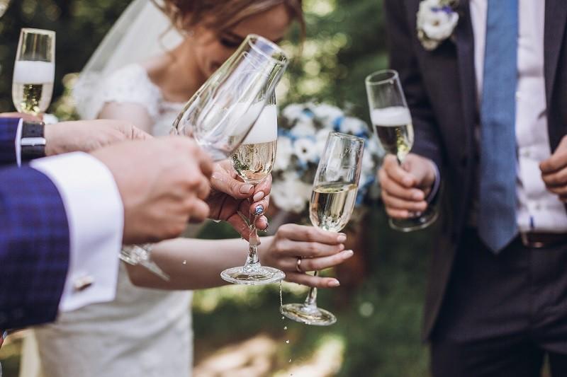 Op het kersverse bruidspaar! Hoeveel drankjes voorzie je voor je trouwfeest?