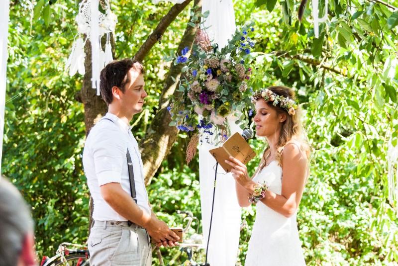 REAL WEDDING Bloemen, bijen en kamperen: het nostalgische trouwfeest van Thais en Jan!