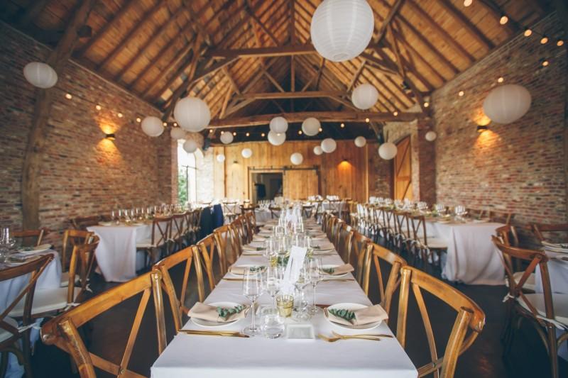 Een 'barn wedding' met goud & greenery: dit trouwfeest van Ellen en Bert is de ultieme inspiratie!