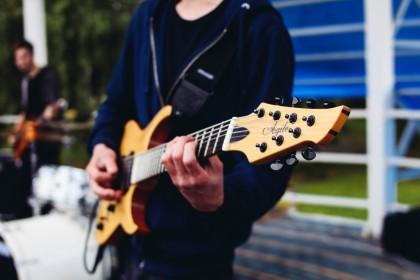 Muziek en entertainment op jouw feest: hoe pak je dat aan?